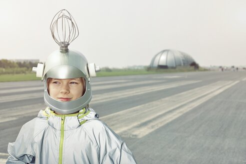 Boy dressed up as spaceman - EDF000146