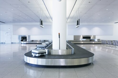 Germany, Munich, baggage conveyor belt with luggage at the airport - ED000141