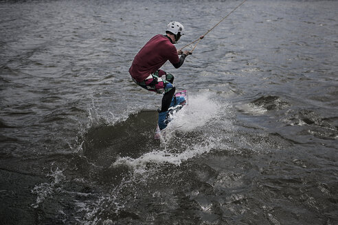 Germany, Garbsen, wakeboarder at Blue Lake - GCF000055