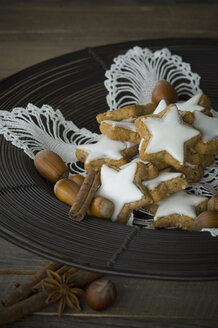 Cinnamon stars, spices and hazelnuts - ASF005532