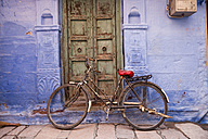 India, Rajasthan, Jodhpur, bicycle leaning at blue facade in the old town - PC000136