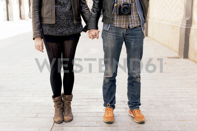 Man and woman holding hands on the street - GEMF000176 - Gemma Ferrando/Westend61