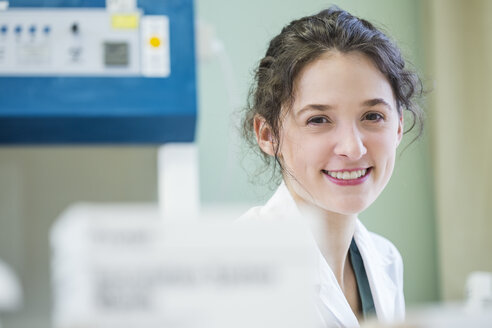 Portrait of smiling lab technician - DISF001592