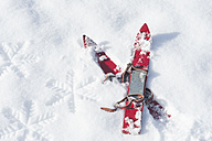 Germany, pair of red children's ski on snow - ASF005554