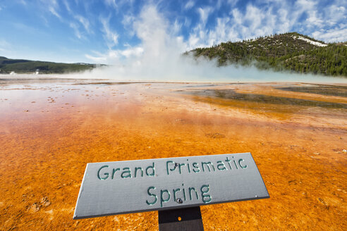 USA,  Yellowstone National Park, Lower Geyser Basin, Midway Geyser Basin, Grand Prismatic Spring - FOF008038