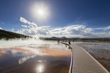 USA,  Yellowstone National Park, Lower Geyser Basin, Midway Geyser Basin, Tourists on footbridge before Grand Prismatic Spring - FOF008048