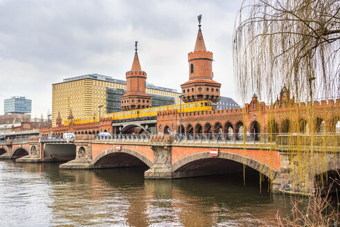 Germany, Berlin, View to Oberbaum Bridge and Spree River - VTF000409