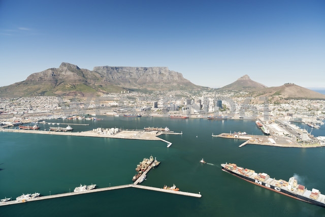 South Africa, aerial view of Cape Town with harbor - CLPF000084 - Claudia Paulussen/Westend61