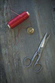 Cotton reel, sewing needle, scissors  and metal button - CRF002675