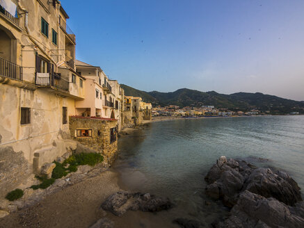 Italy, Sicily, Cefalu, view to the bay with medieval houses at evening twilight - AMF003959