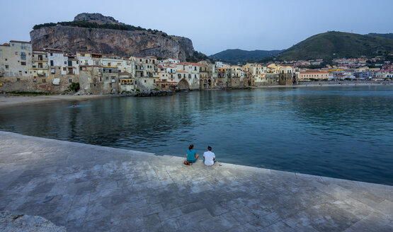 Italy, Sicily, Cefalu, view to bay with medieval houses at evening - AMF003963