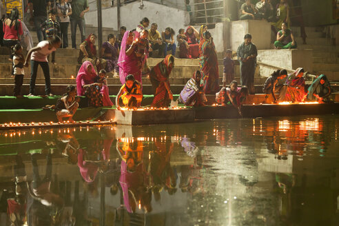 India, Rajasthan, Hindu worshippers with candles during a religious ceremony at Pushkar Lake - PC000155