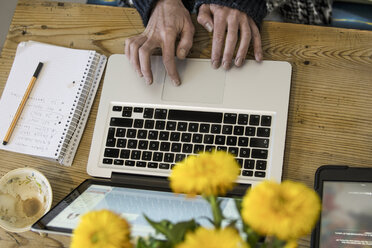 Woman working with laptop at home office - RIBF000001