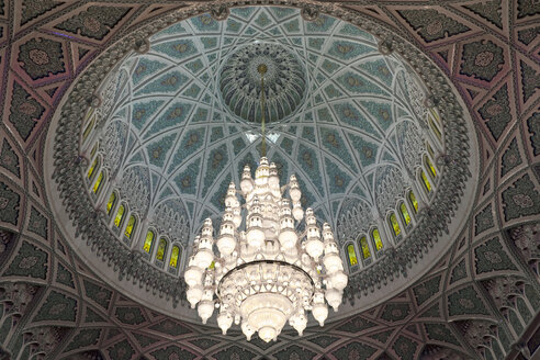 Oman, Sultan Qaboos Grand Mosque, Main luster on domed ceiling - HL000861