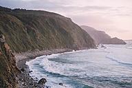 Spain, Galicia, Valdovino, Campelo, wild beach at dusk - RAEF000144