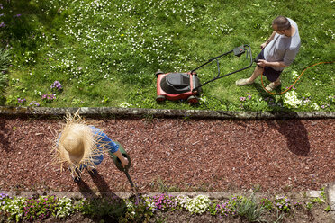 Couple gardening in spring - MIDF000324