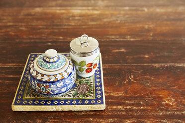 Vessels for salt and sugar on a tile - DISF002024