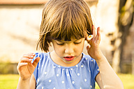 Little girl with daisy in her hair - LVF003199
