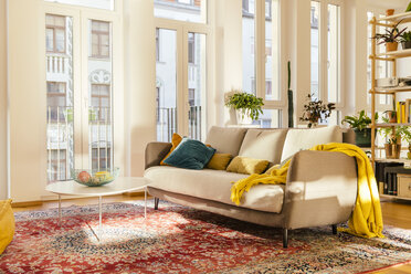 Living room area with Persian rug - MFF001571