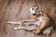 Female ballet dancer sitting on ground - DAWF000327