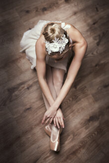Female ballet dancer sitting on ground - DAWF000328