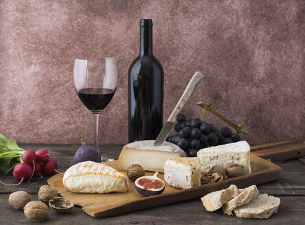 Cheese platter with camembert, walnut cheese, gorgonzola, taleggio and red wine - ECF001831