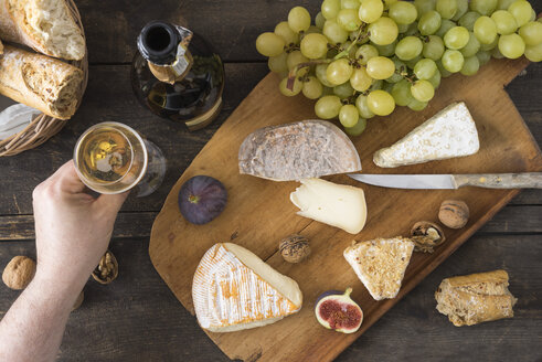 Cheese platter with camembert, walnut cheese, gorgonzola, taleggio and champagne - ECF001824
