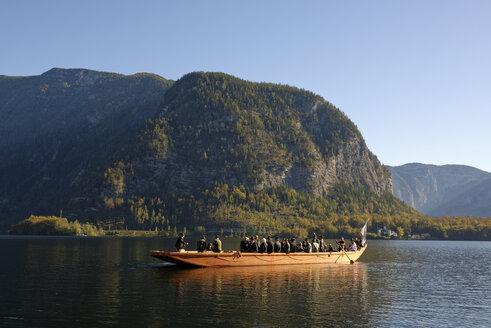 Austria, Salzkammergut, Hallstatt, Lake Hallstatt, Plaette, traditional boat, Hallstatt Dachstein Cultural Landscape - LH000463