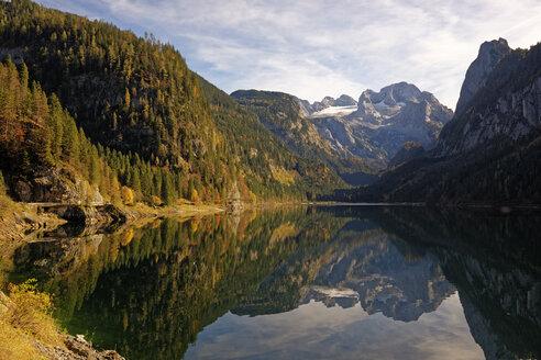Austria, Salzkammergut, Lake Vorderer Gosausee with Dachstein mountains in background - LHF000466