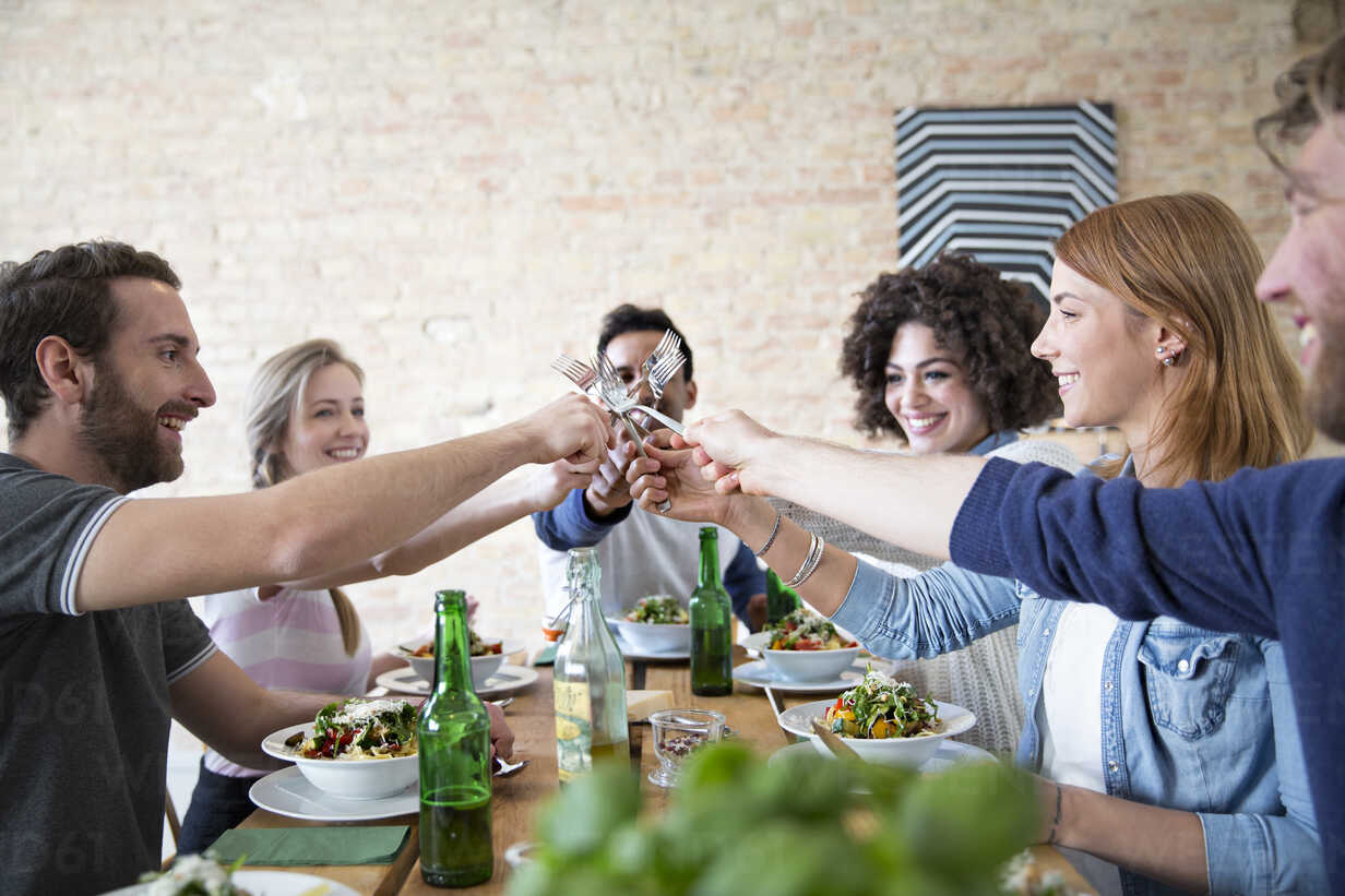 Happy friends eating together - FKF000997 - Florian Küttler/Westend61