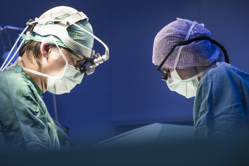 Two surgeons during a surgery - MWEF000010