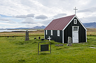 Iceland, Bjarnarhoefn, view to church and graveyard - KEBF000186