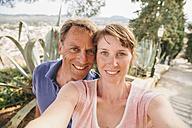 Spain, Mallorca, Arta, portrait of couple taking a selfie - MFF001594