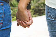 Man and woman holding hands - GEMF000241