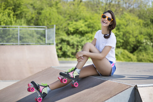 Portrait of smiling female inline-skater with sunglasses - SHKF000312
