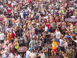 Spain, Majorca, Playa de Palma, El Arenal, crowd of people at Megapark pub - AM003993
