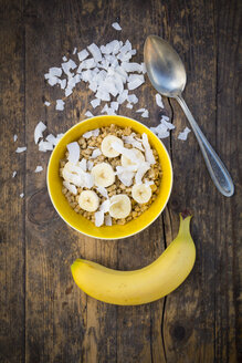 Bowl of granola, banana slices and coconut flakes - LVF003311