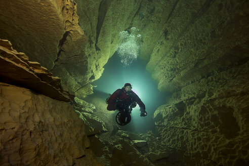 France, Lot, cave diver in the Emergence du Ressel - YRF000077