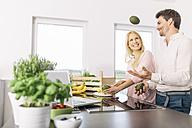 Couple preparing breakfast in the kitchen - MADF000282