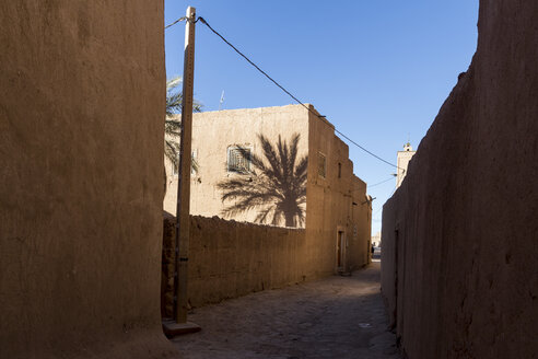 Morocco, view to alley at Ksar El Khorbat - HSKF000020