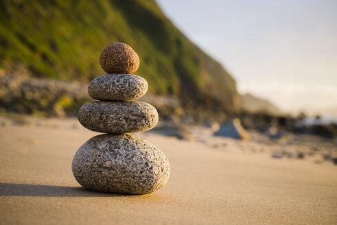 Spain, Galicia, Valdovino, Four small rocks in balance on the beach - RAEF000172