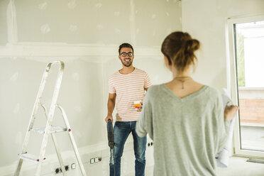Young couple renovating - UUF004216