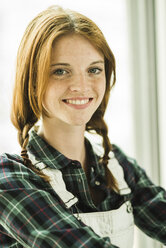 Portrait of smiling young woman - UUF004243