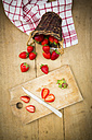 Sliced and whole strawberries - LVF003352