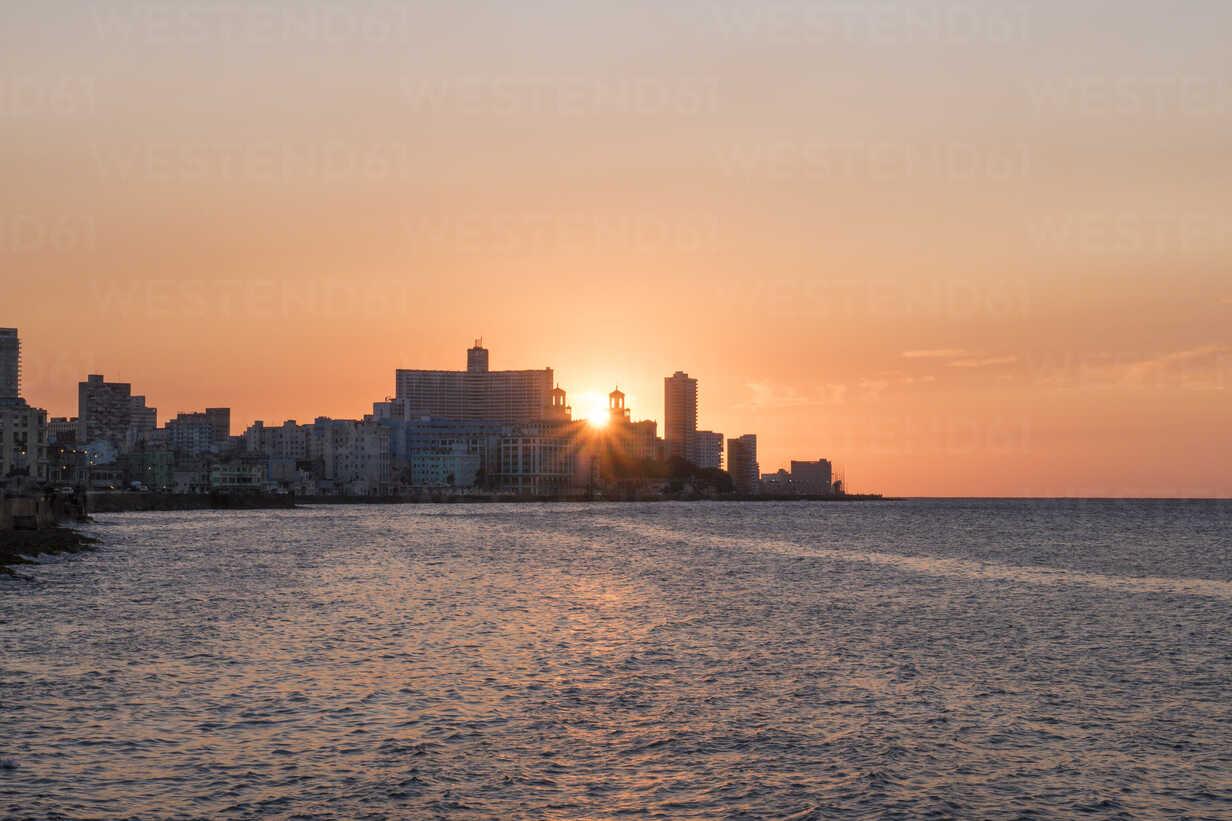 Cuba, Havana, sunset behind Hotel Nacional de Cuba - FBF000387 - Frank Blum/Westend61