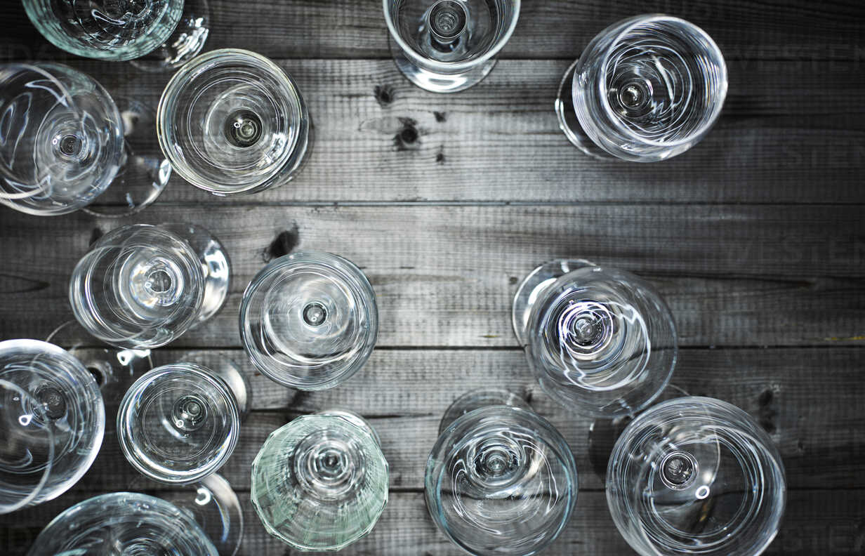 Empty wine glasses on wood - KSWF001531 - Kai Schwabe/Westend61
