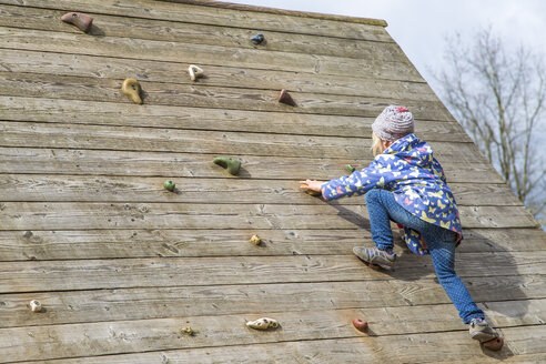 Little girl moving on climbing wall - JFEF000653