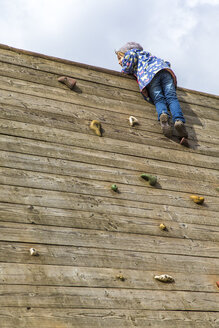 Little girl moving on climbing wall - JFEF000654