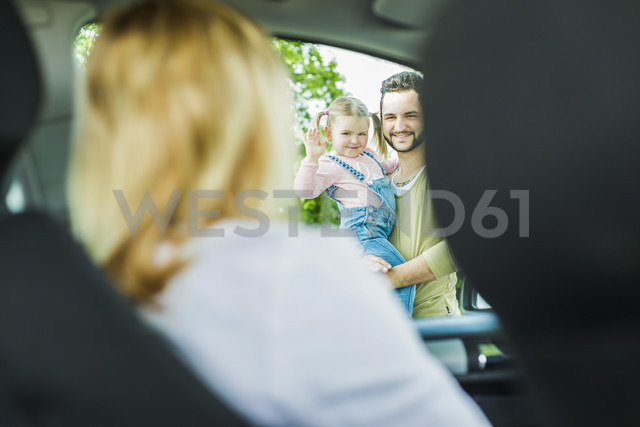 Girl with father saying goodbye to leaving mother in car - UUF004249 - Uwe Umstätter/Westend61