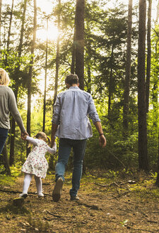 Family walking in forest - UUF004295